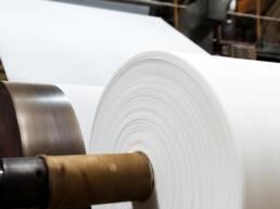 Grande rolo de papel sendo fabricado