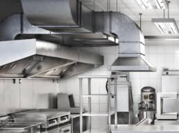 Exaustores industriais em uma cozinha industrial