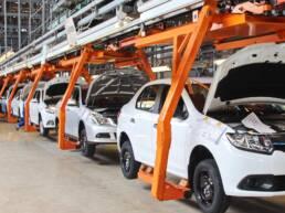 Carros sendo fabricados em uma indústria automotiva