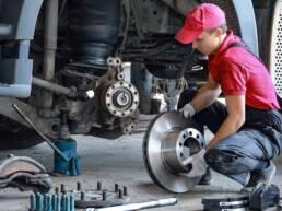 Mecânico trocando peças de uma máquina