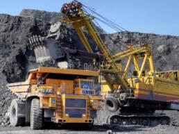 Grande máquina amarela operando em uma mineração