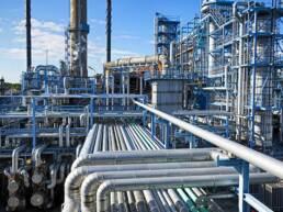 Diversos dutos de uma empresa de petróleo
