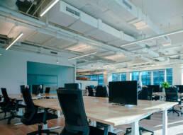 Escritório vazio com dutos de ventilação no teto